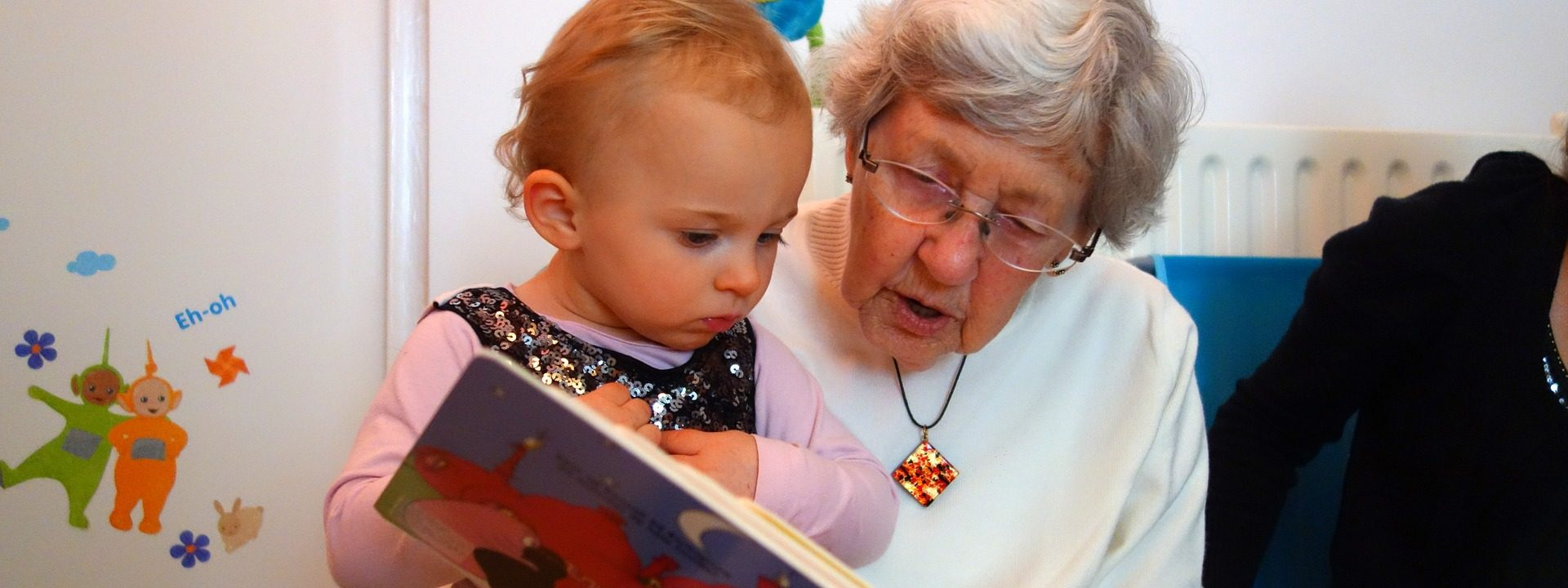 Oma leest kind voor en is niet alleen